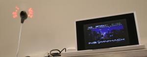 un ordinateur portable et un « PoV » affichant une fréquence, premier indice d'un « chanlenge » de reverse radio signé Bruno Kerouanton